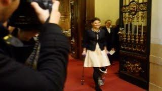Här hoppar kronprinsessan Victoria fram på kryckor