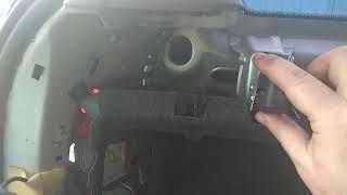 Монтирую обшивку багажника Октавия А5 (Skoda Octavia 1.6 2007 года), ремонт заднего омывателя стекла