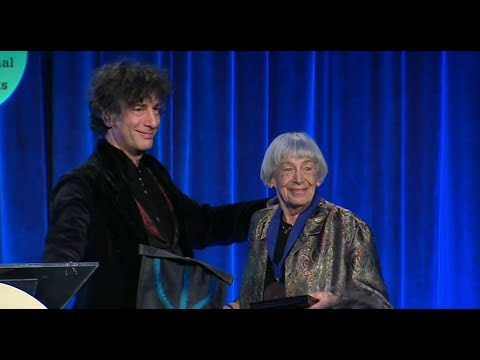 Neil Gaiman presents lifetime achievement award to Ursula K. Le Guin at 2014 National Book Awards