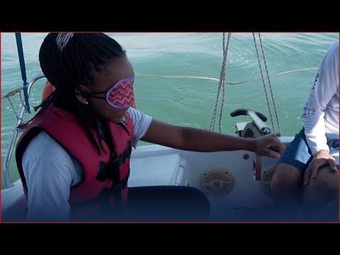 Projeto leva pessoas com deficiências sensoriais para velejar em Ilhabela
