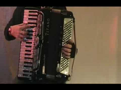 Playing Accordion: some tips for left arm / Bellows