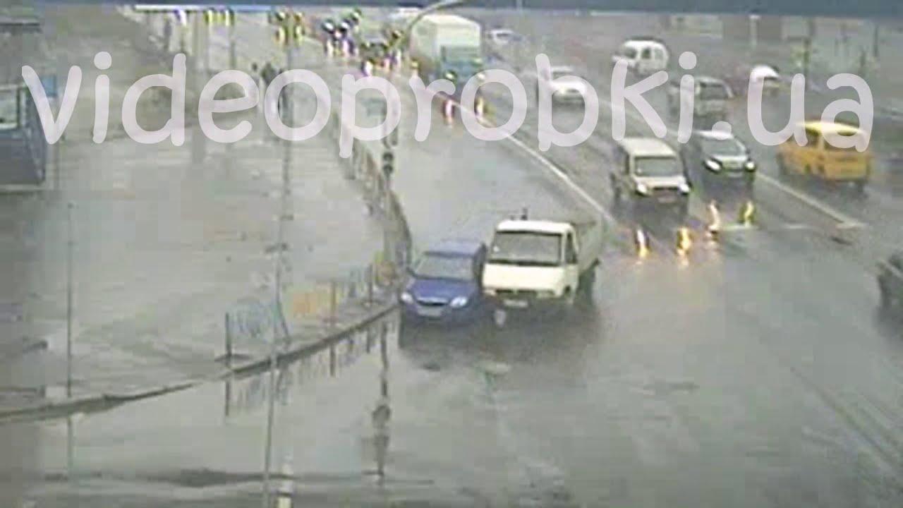 ДТП в Киеве: грузовик притёр легковушку