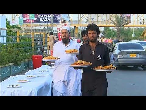 شاهد: وجبات إفطار مجانية للفقراء في باكستان  - 17:54-2019 / 5 / 23