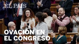 INVESTIDURA | Emotivo aplauso a la diputada de En Comú Podem que vota a pesar de padecer cáncer