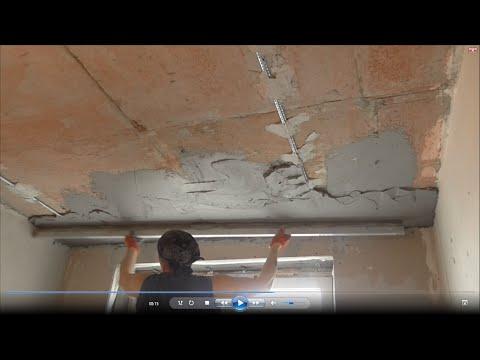 Штукатурка потолка гипсовой смесью.