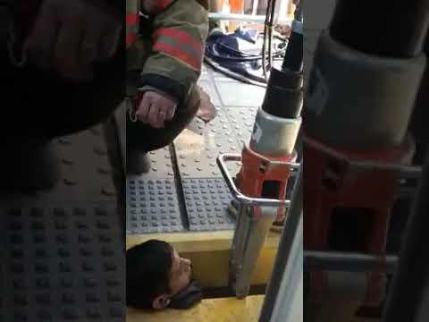 Angustioso rescate de un joven que quedó atrapado entre el tren y el andén