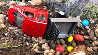 Мультики про машинки Грузовик с конфетами попал в аварию а Кран Погрузчик и Экскаватор его спасли