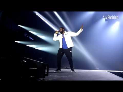 Damso chante « Feu de bois » sur la scène de l'AccorHotels Arena