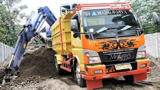 Mini Excavator Komatsu PC75UU Loading Dump Truck Fuso Canter