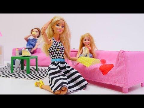 Spielzeugvideo mit Puppen. Barbie Video. Der Sofabezug muss in die Reinigung