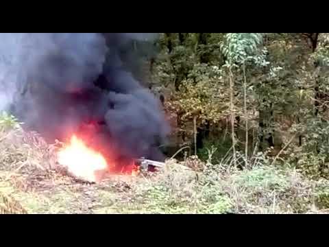 Susto en la PO-313 al arder un coche abandonado