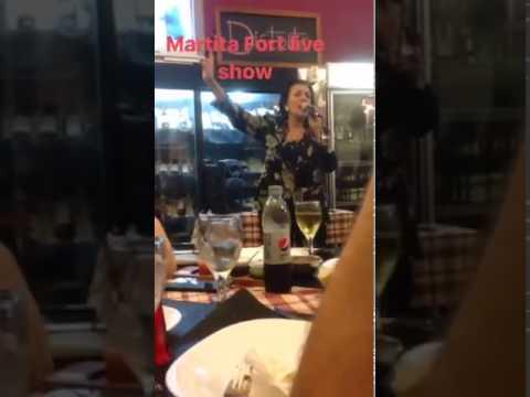 El bizarro recital de Martha Fort en una parrilla de Parque Patricios