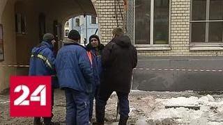 Смотреть видео В центре Москвы на прохожего упала глыба льда - Россия 24 онлайн