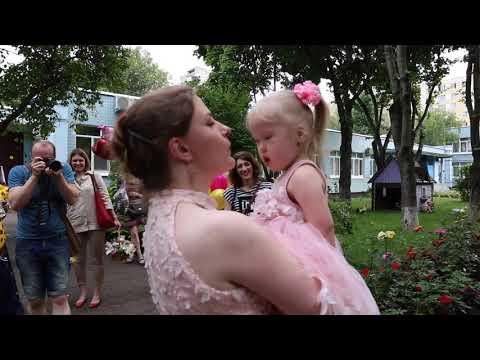 Приемная мама забирает ребенка из детдома