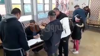 مواطن يؤدي واجبه الانتخابي رفقة بناته ..