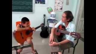Bác Lâm hướng dẫn các bạn lớp ghitar cổ điển clb SaoMai - Linh Đàm