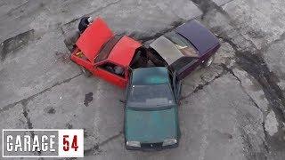بالفيديو: سائقون يلحمون 3 سيارات ببعضها ويقدمون عرضاً مدهشاً بها