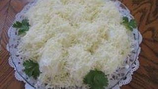 Салат из сыра с чесноком и домашнего майонеза