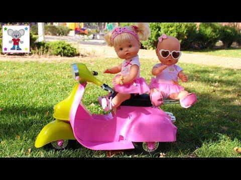 Las Bebés NENUCO Hermanitas Traviesas Naia y Alice montan en Moto en el Parque