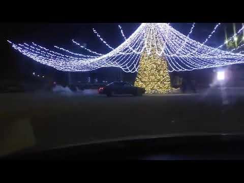 NEWS.UNGHENI.ORG: Drift ilegal cu BMW-ul, surprins în jurul Pomului de Crăciun din mun. Ungheni.