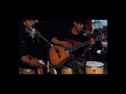HELLOVATICA - Weakness (live acoustic at MOORAGE store)