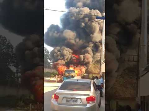 Ônibus pega fogo em Cariacica