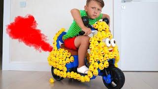 تزين سينيا دراجته النارية. سينيا وقصصه التعليمية