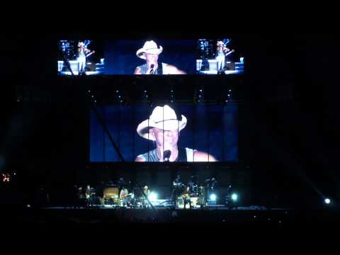 Kenny Chesney Hoists Lombardi Trophy- Boys of Fall - Lambeau Field - Green Bay, WI
