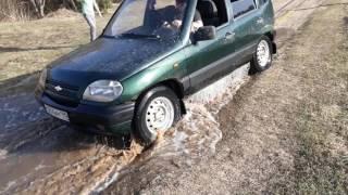 НИВА утонула в ручье