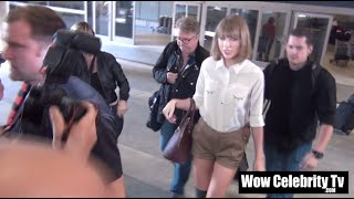 taylor swift gets mobbed by paparazzi at lax airport