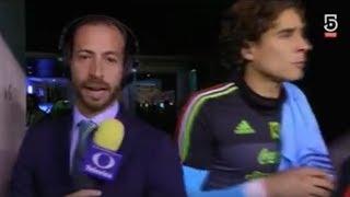 Memo Ochoa  empuja a periodista de Televisa - 2017
