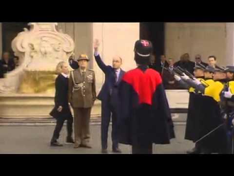 Enrico Letta, dopo la cerimonia della campanella, lascia Palazzo Chigi