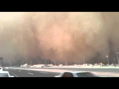 عاصفة رملية قوية تضرب جدة قادمة من الناحية الشرقية ومتجهة نحو البحر