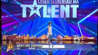 Такого Вы еще не видели на шоу талантов! Девушка рисует ногами!