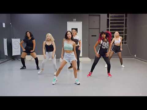 Ensinamos uma Artista Coreana a Dançar Anitta Feat Rapper Nada 나다
