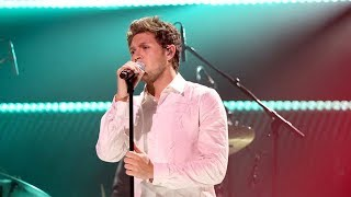 "Niall Horan Does Gangnam Style Dance & Performs ""Slow Hands"" On Fallon"