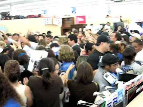 Black Friday Madhouse @ Wal-Mart Honolulu - Catching The Big Deal