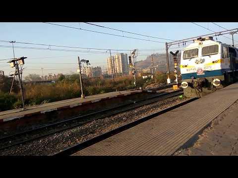18520 LTT Visakhapatnam Express arriving at Kalyan