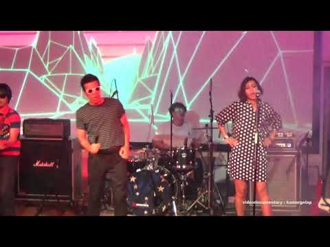 Download Mp3 lagu The Upstairs - Gadis Gangster (Live @america)
