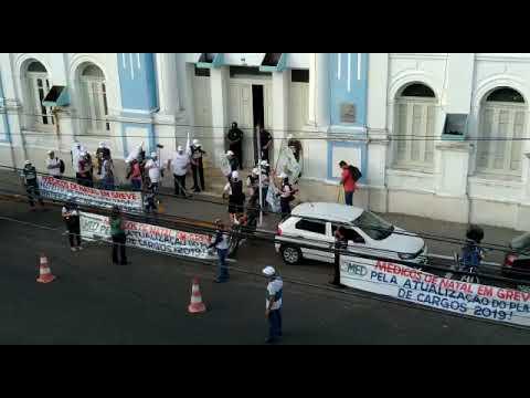 Médicos de Natal protestam varrendo calçada da Prefeitura