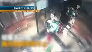 Камера сняла, как няня избила ребенка в лифте