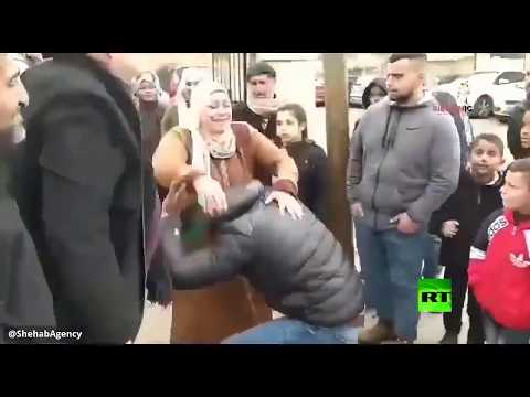 أسير فلسطيني يرتمي تحت رجلي والدته لحظة لقائها  - نشر قبل 4 ساعة