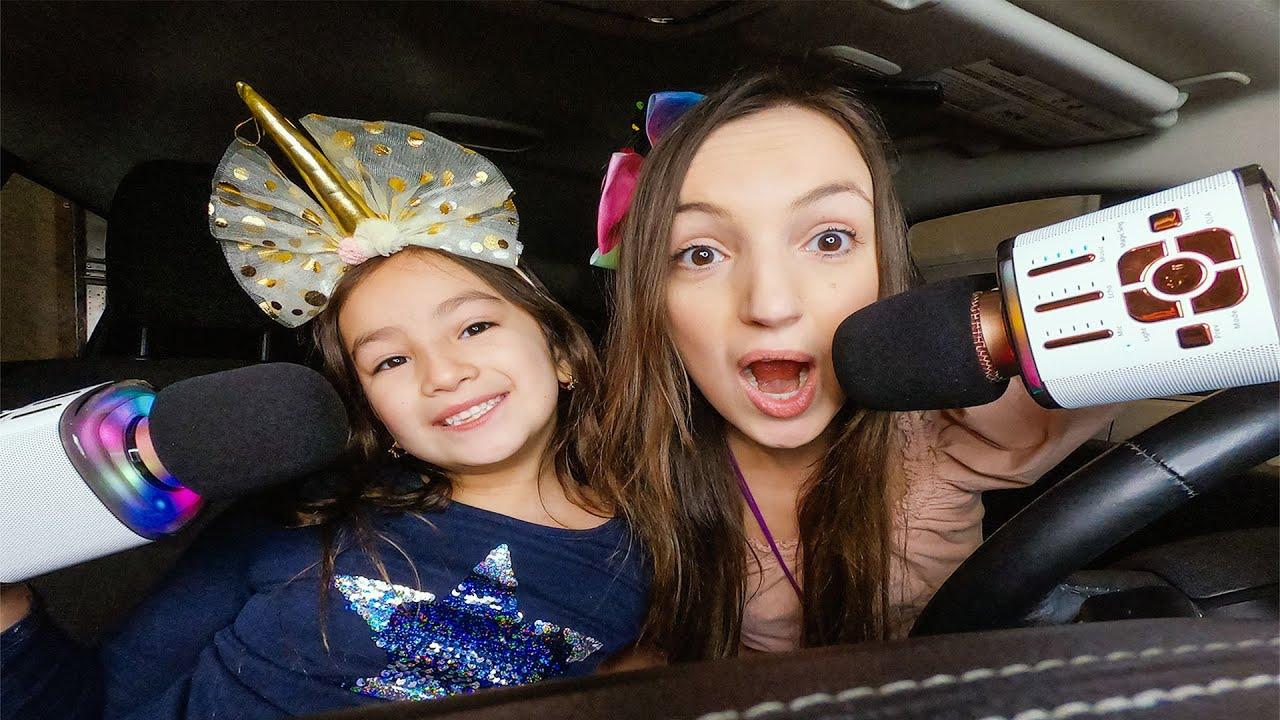Cantando Karaoke en el Carro con Las 2 Muñecas