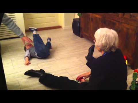 Eros Graziano speelt met Opa en Oma.