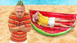 Алиса и Ева хотят играть с песком на пляже