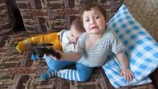 Дети дерутся,а потом мирятся и целуются...(Братик с сестрой дерутся из за пульта,а потом целуются и мирятся...., 2016-03-28T10:33:06.000Z)