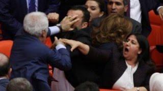 شجار عنيف بين النواب داخل البرلمان التركي : تبادل لكمات و تراشق بالقوارير