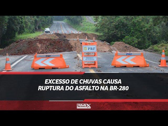 Excesso de chuvas causa ruptura do asfalto na BR-280
