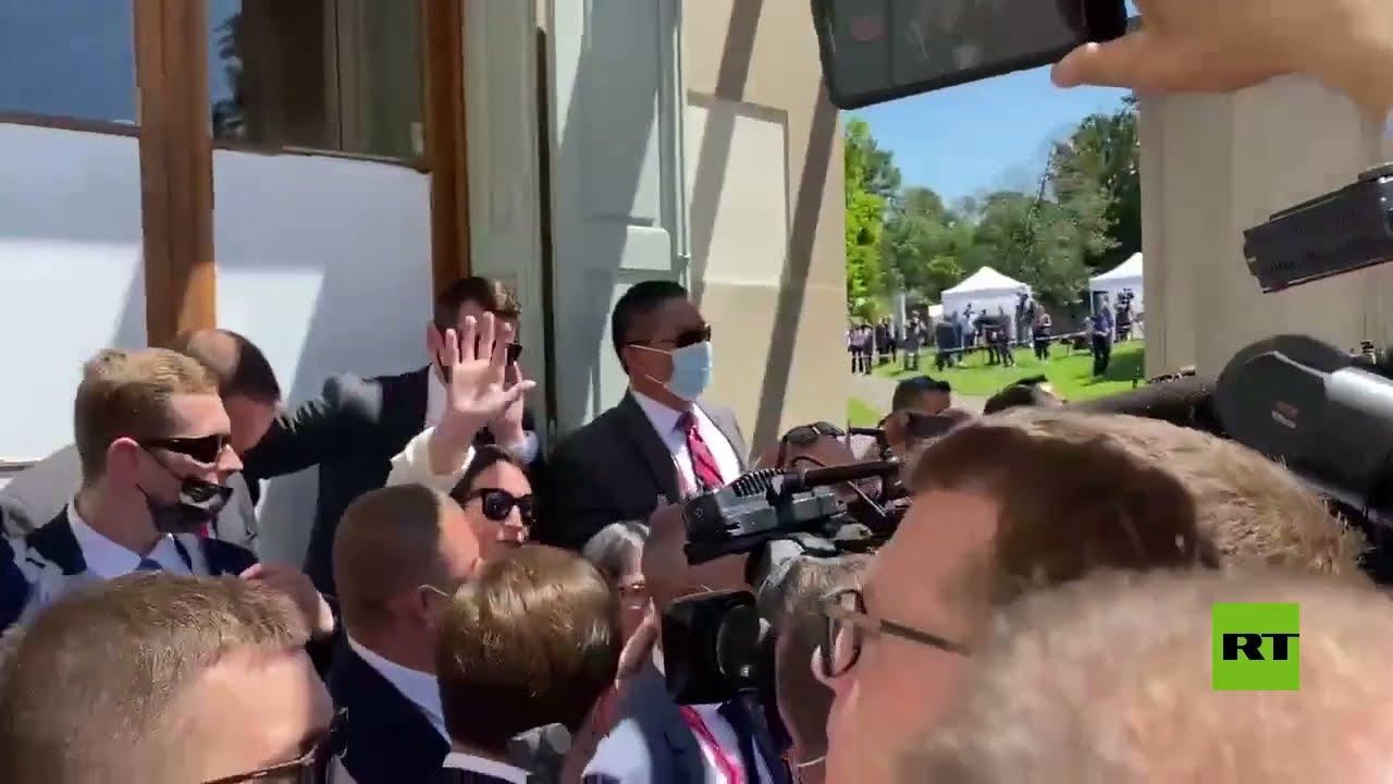 شاهد.. صحفيون يتسببون في ازدحام عند أبواب غرفة مفاوضات بوتين وبايدن