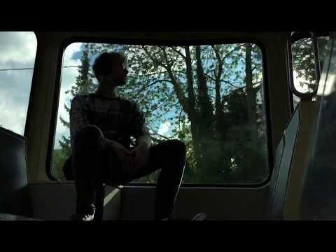 Zwielichtiger Junge filmt sich selbst im Zug aus Langeweile..